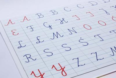Alfabet magnetyczny pisany. Literki znakomicie nadają się do nauki pisania i czytania.