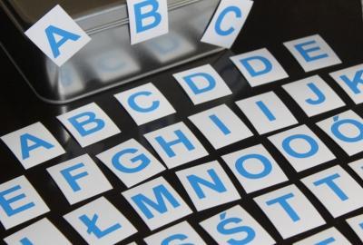 Niebieski alfabet magnetyczny MagWords. Komplet 45 literek dla dzieci.